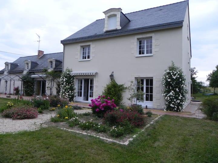 Le Clos Joseph, jolie maison sur propriété fleurie