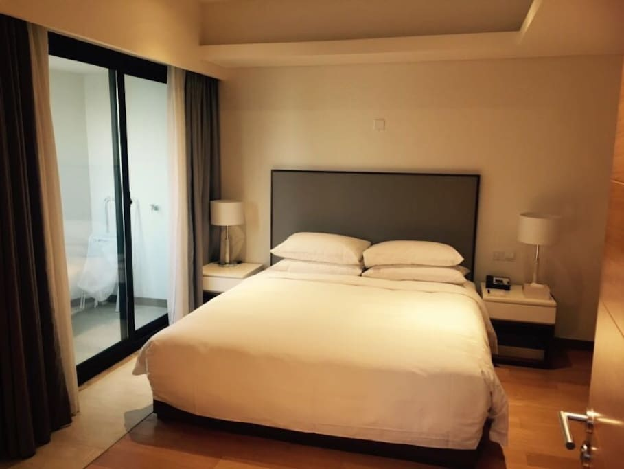舒适大床与全新床垫,还有阳台