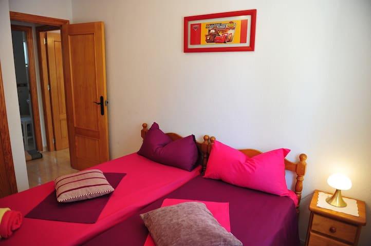 Slaapkamer 1 met 2 eenpersoons bedden en een ingebouwde kledingkast en inclusief airco.