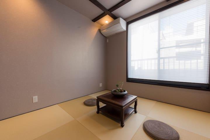 Bedroom 2. 卧室2,榻榻米,配日式床垫。