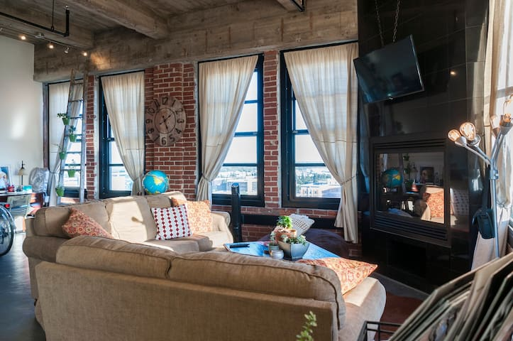 One of a kind Private Industrial Loft in Downtown - Fresno - Loft