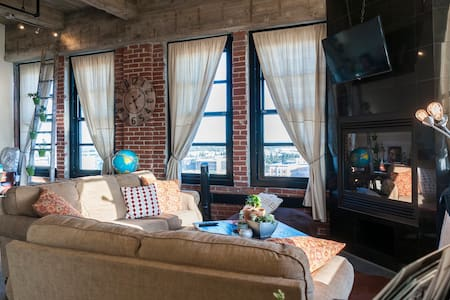 One of a kind Private Industrial Loft in Downtown - 夫勒斯諾 - Loft空間