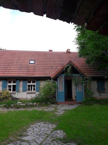 Widok na front domu z letniej kuchni.