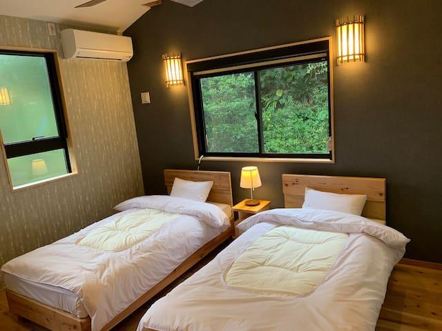 寝室はシングルベッド2台置いてます。他にベビーベッドが1台有ります。