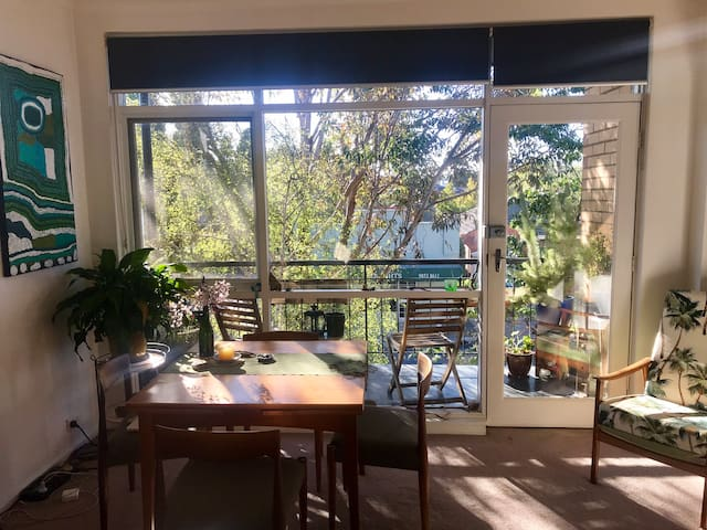 Convenient Retro Melbourne Haven up in the Trees