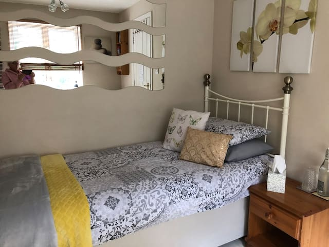 Single room close to Stations & Bicester Village