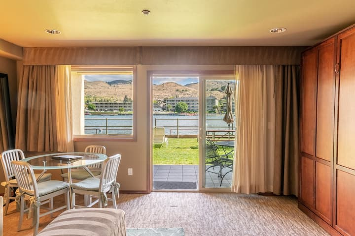 Grandview River View 615! Luxury Waterfront condo, sleeps up to 6!