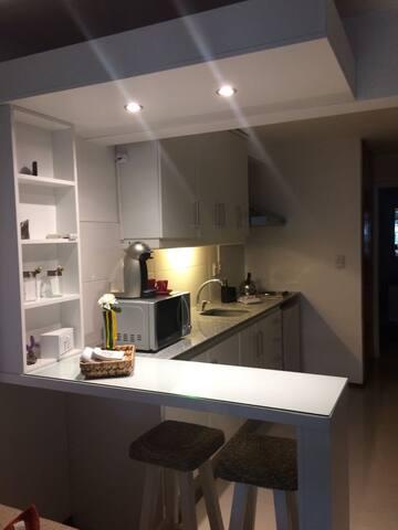 Amplia y completa kitchenette. Incluye microondas con grill, cocina, cafetera Dolce Gusto, frigobar y vajilla completa.