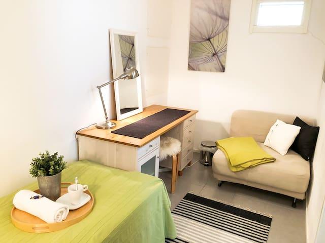 Rauhallinen ja viihtyisä huone • Cozy room 1