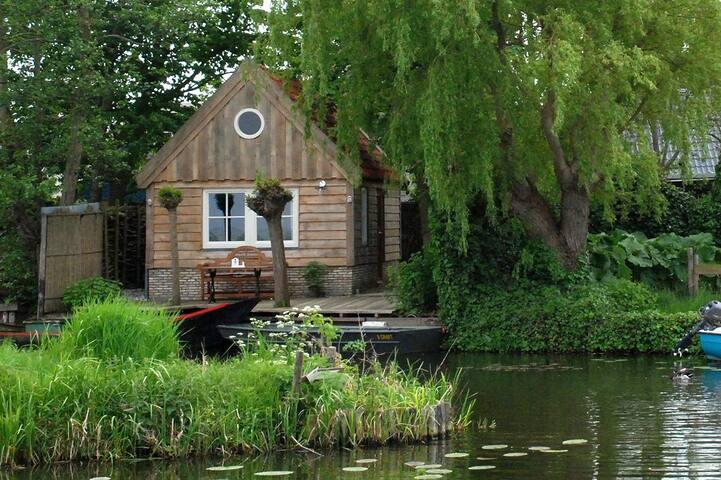 De cottage gezien vanaf de sloot.