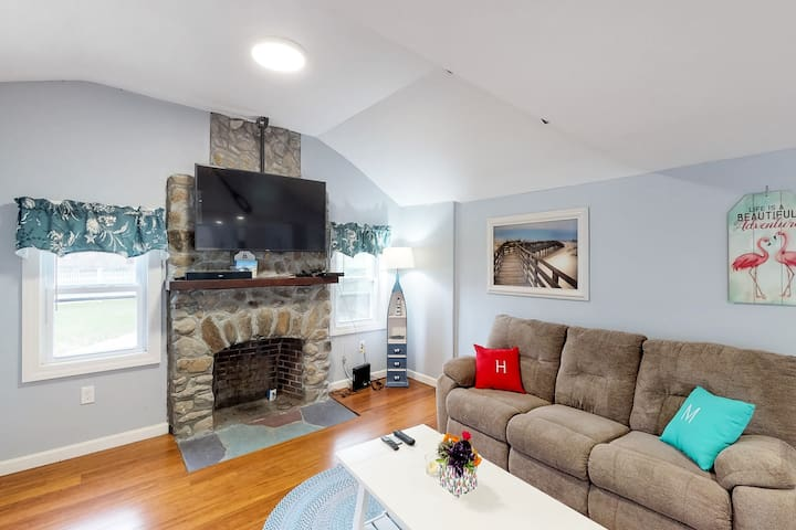 Charming family-friendly home w/ spacious deck & outdoor shower - walk to beach!