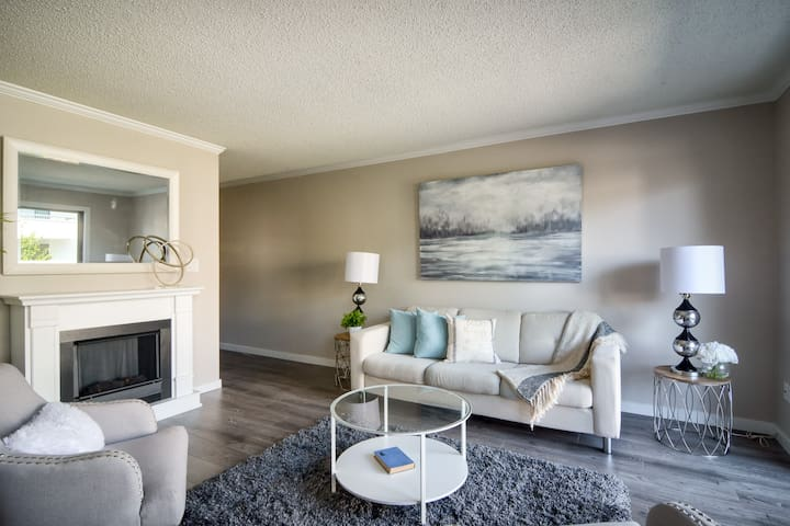 Modern Luxury Bright and Cozy Condo Suite Downtown