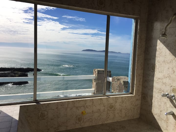 Oceanfront , loud waves, amazing xlg space!