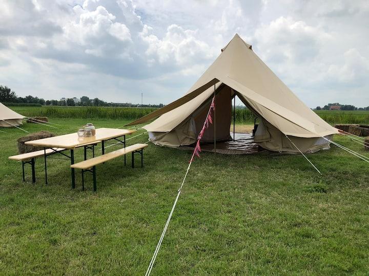 Ingerichte Bell tent op eco camping bij Sneek