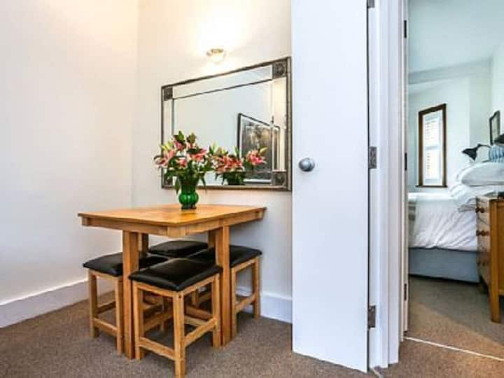 Lovely apartment in the heart of Hampstead Village