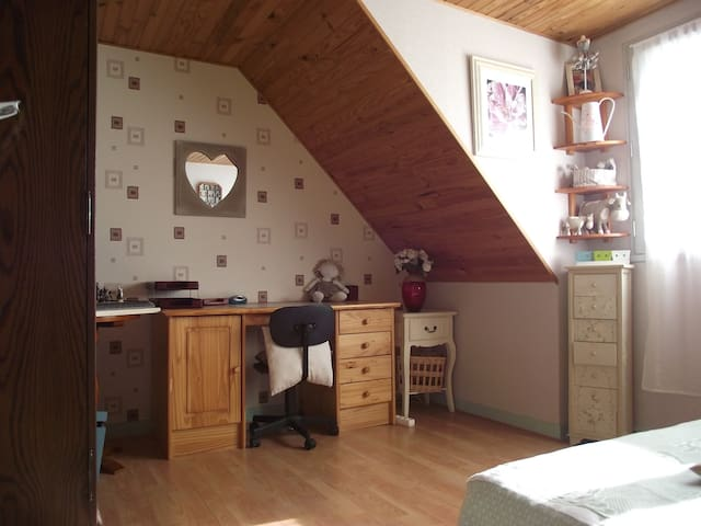 Ch. avec lit double dans une maison chaleureuse - Saint-Thurial