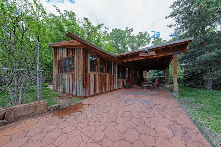 Dog-friendly getaway w/mountain views - 1 block from Main St.