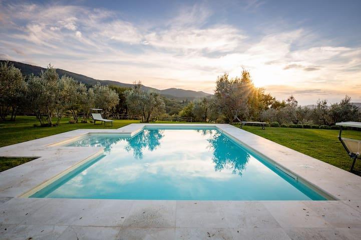 Gaggioleto, beautiful hilltop villa
