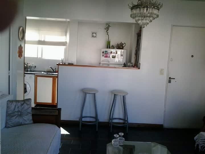 Habitación luminosa con BALCON Y BAÑO PRIVADO