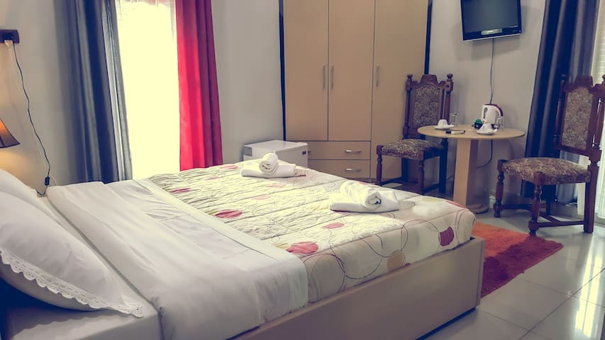 Junior suite. Cozy place with an amazing view - Tiranë - Bed & Breakfast