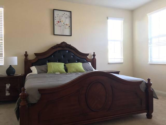 大套房;房间大,光线好;可以放两张床 - Irvine - Dům