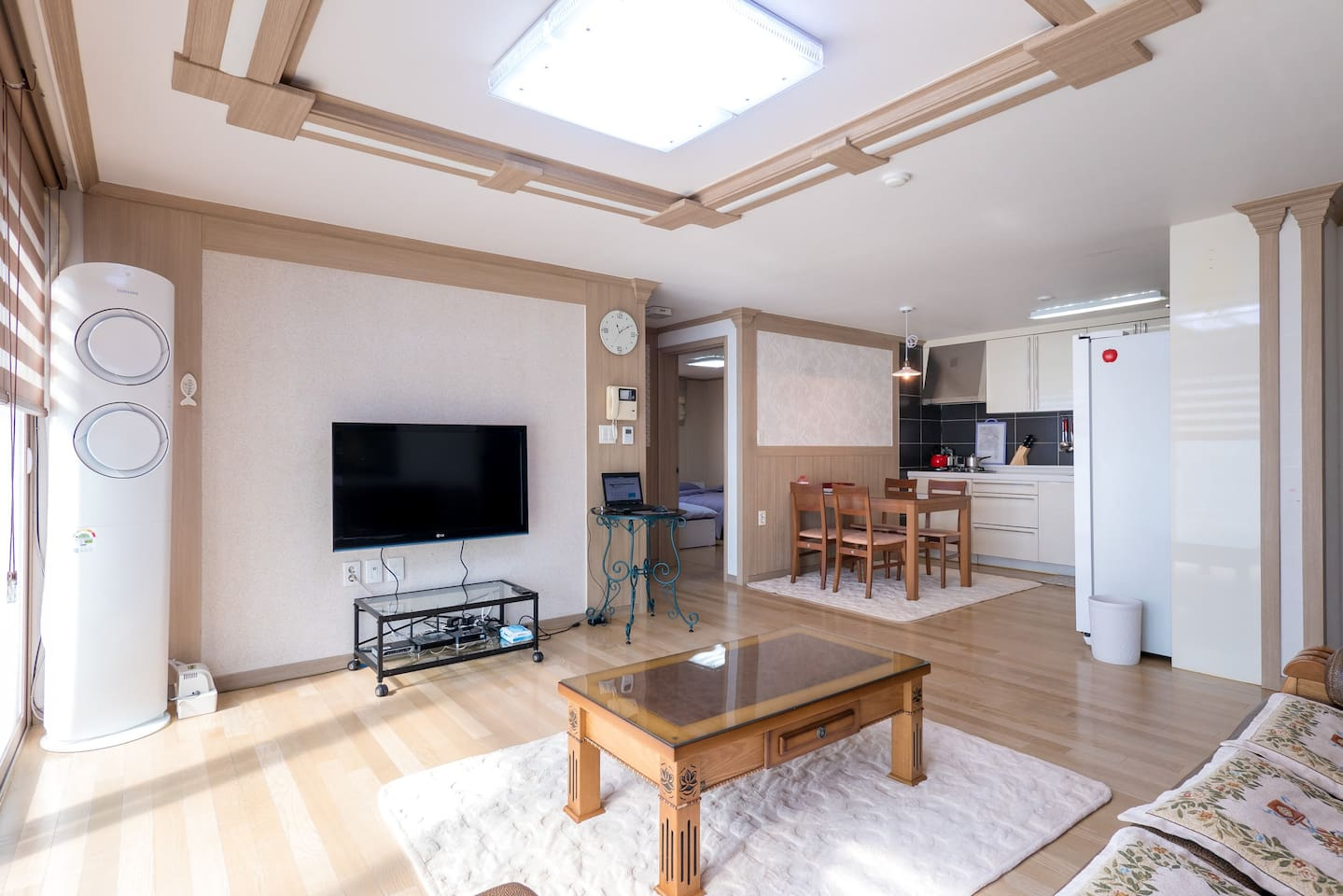 Spacious, clean living room and kitchen (air conditioning in the living room)