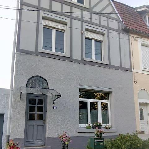 Petite chambre romantique dans grande maison.
