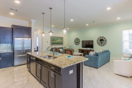 Brand New 4 Bedroom Villa on Scenic 98! - ミラマービーチ