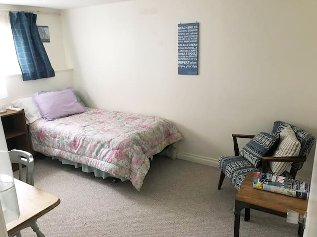 WOMEN ONLY - Close to UVic and buses w/ Breakfast