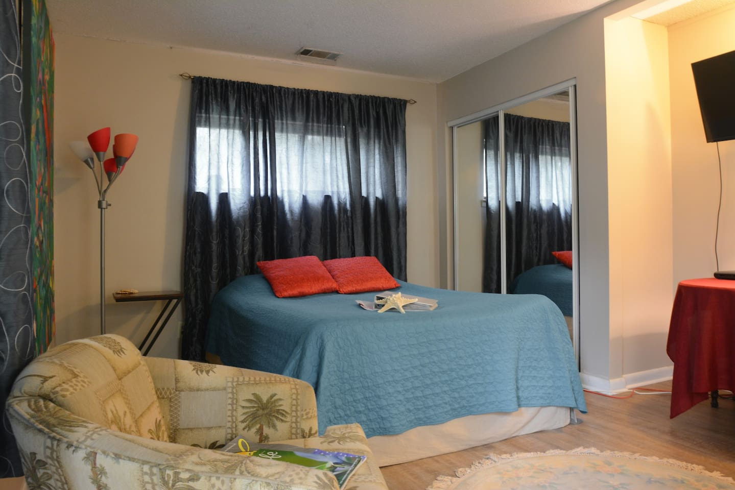 Comfortable efficiency apartment within easy walk to dining, shopping and the private beach.