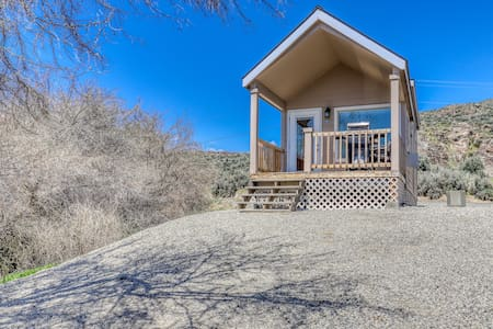 Lakefront cottage w/ private porch, BBQ & shared resort dock/marina/firepit