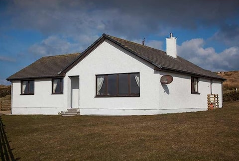 Cosy  bungalow with stunning views over Loch Gorm