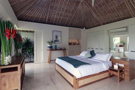 Large ensuite king bedroom
