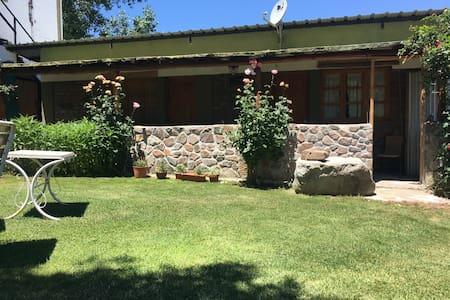 Cama Doble en jardin con vista a la montaña (Sur)