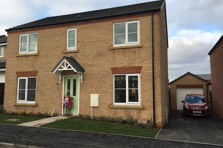 Brand new 4 bed home close to M1 - Rainworth