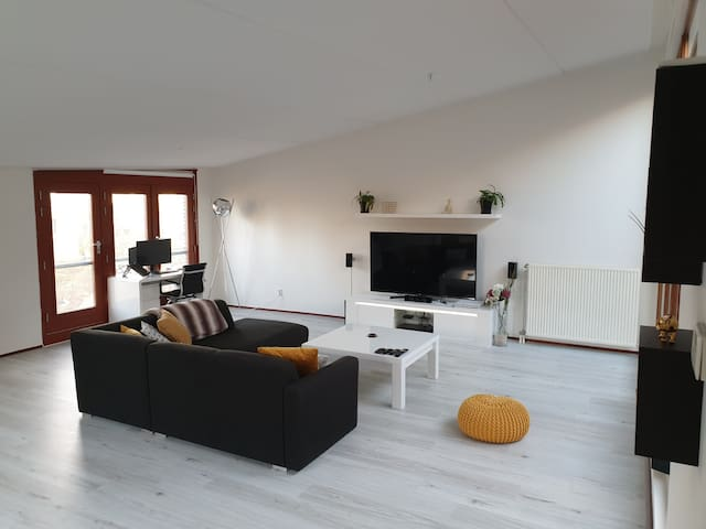 Spacious Penthouse, 7 mins to Central