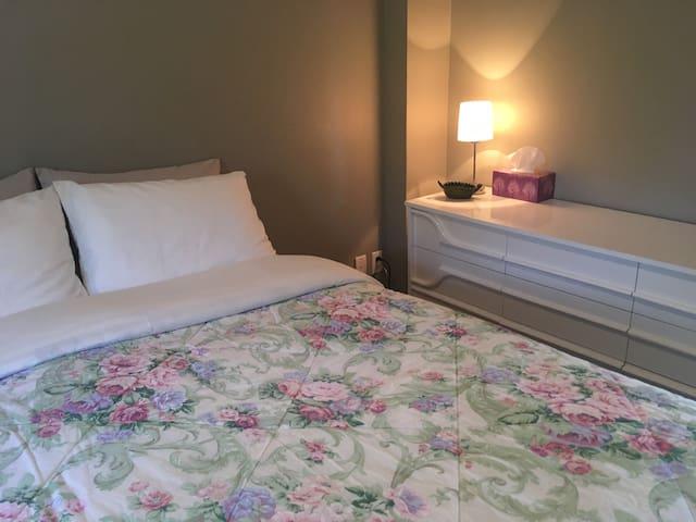 Première Chambre. Il n'y a plus de panier car covid, le couvre lit peut changer/ First Bedroom