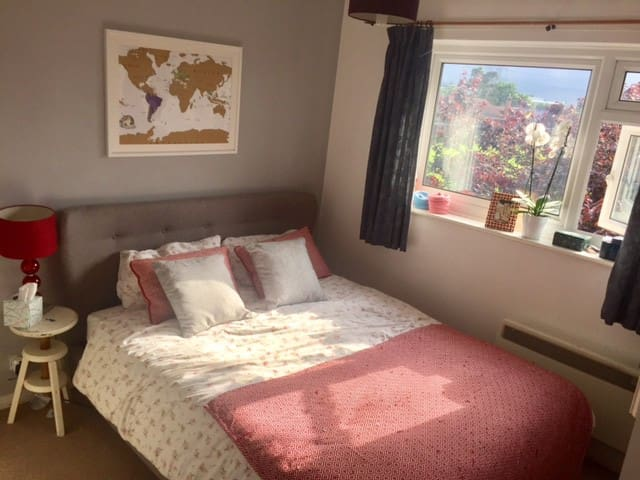spacious room with super comfy bed close to tube
