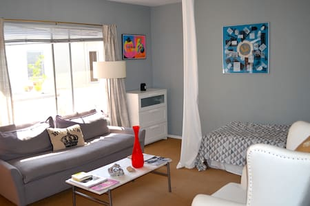 Stylish & Artsy Beachside Suite - Santa Monica