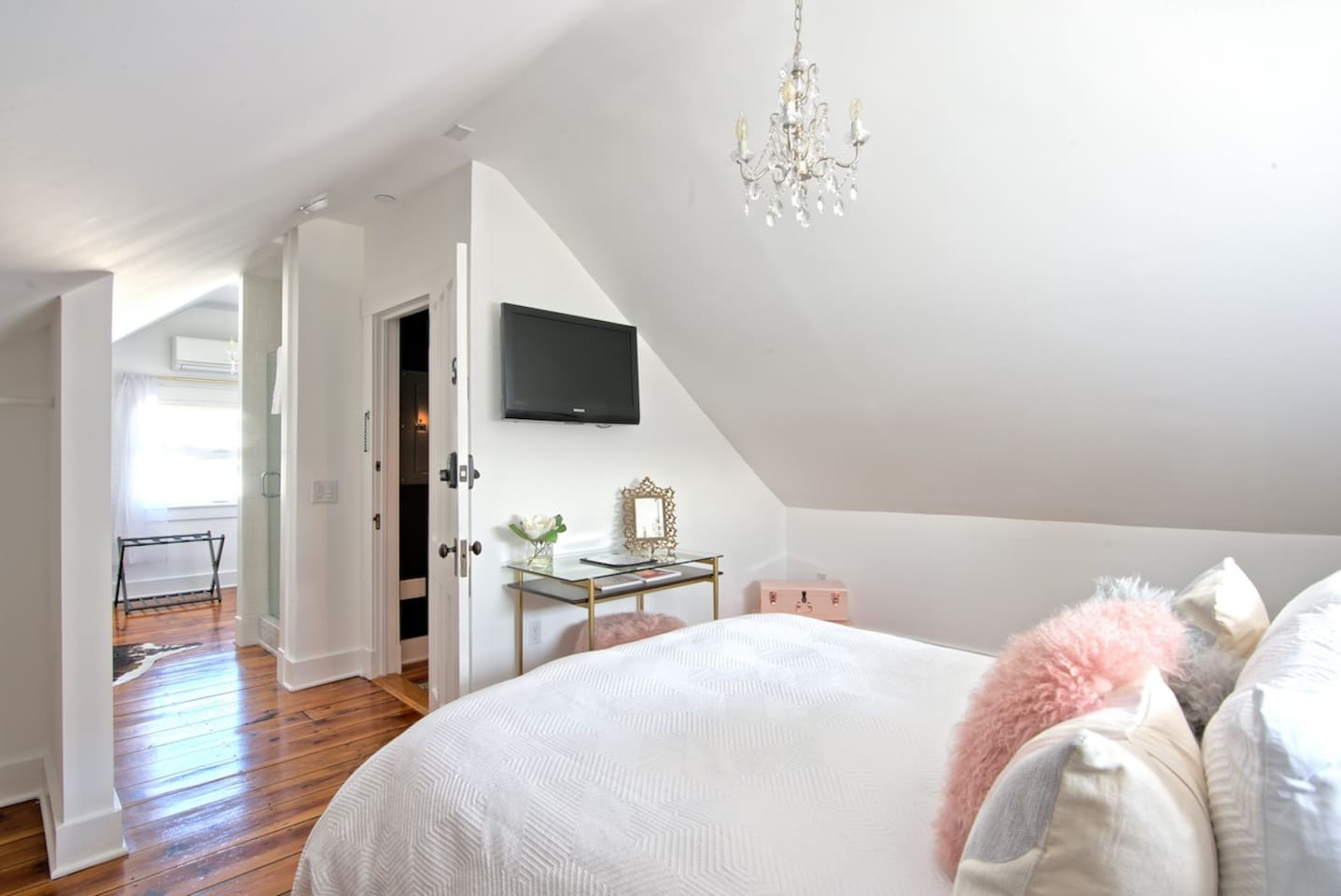 Queen size bed with super luxury bedding. This entire room is very special and well thought out. Nice open airy feeling and many decorative touches.