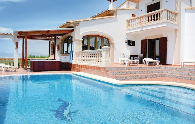 Holiday cottage with 6 bedrooms on 320 m² in S'Aranjassa