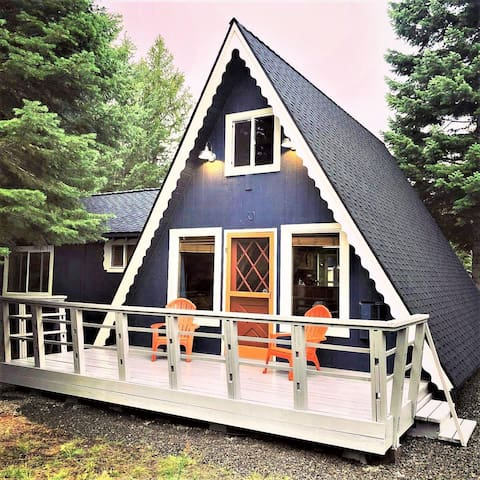 Cute, pet friendly, two story cabin near Cascade Lake