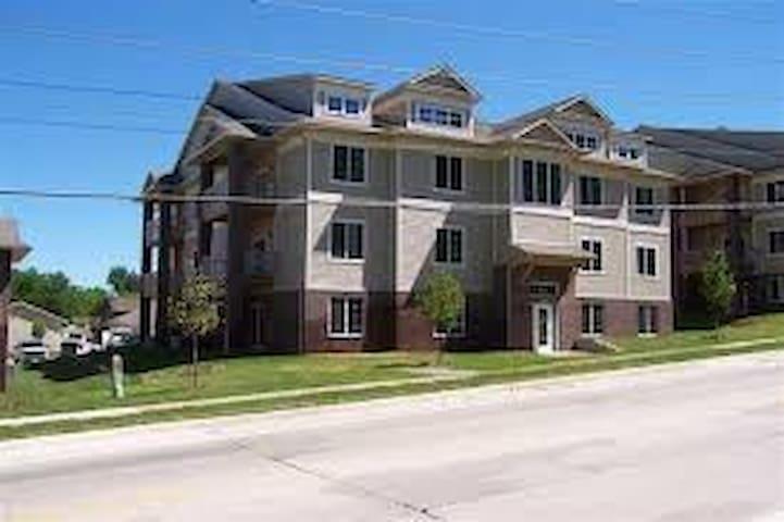 Cute and quiet Apartment - Iowa City - Pis
