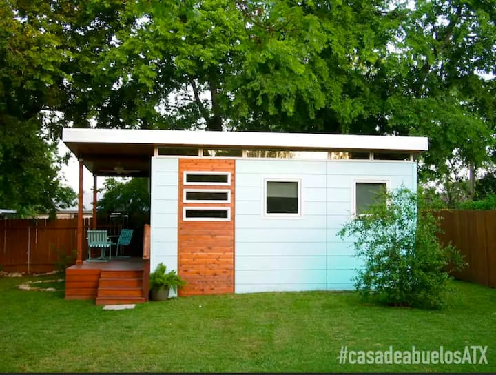 Casa de Abuelos, a private, tiny house in the city