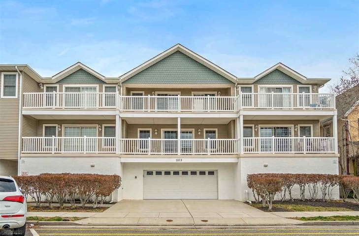 Spacious townhome 2 Blocks from Beach!