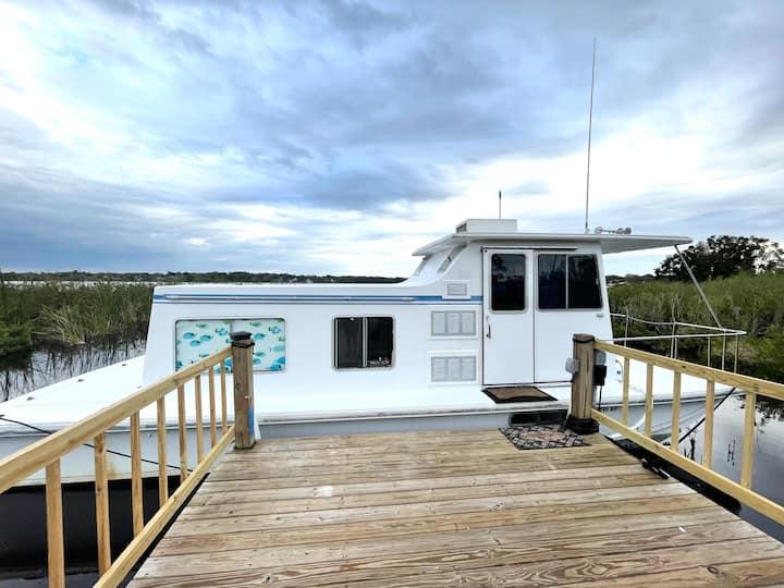 Modern HouseBoat on Lake *AceLoca*4Miles*LEGOLAND*