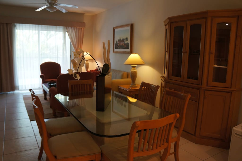 Dining table seats 6, living room, flat screen cable tv, dvd player, stereo / Comedor para 6, sala, tv plana con cable, reproductor dvd, estereo