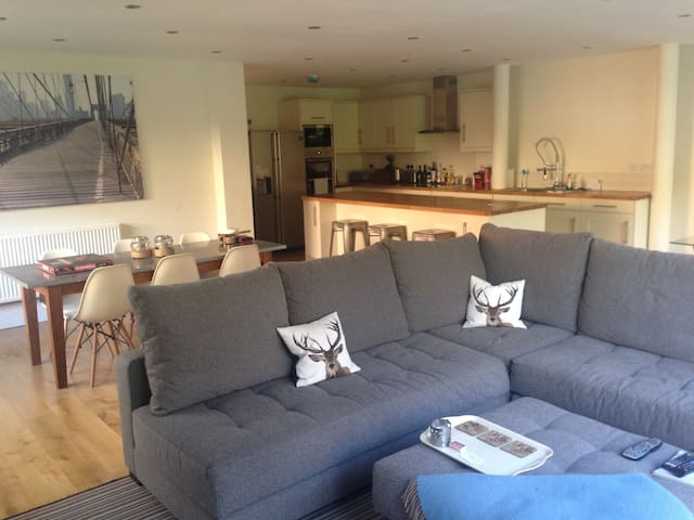 2 luxury bedrooms in Cardiff up for up to 4 guests - Radyr - บ้าน