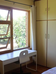 Light and comfy room close to city - Vale Park - 独立屋