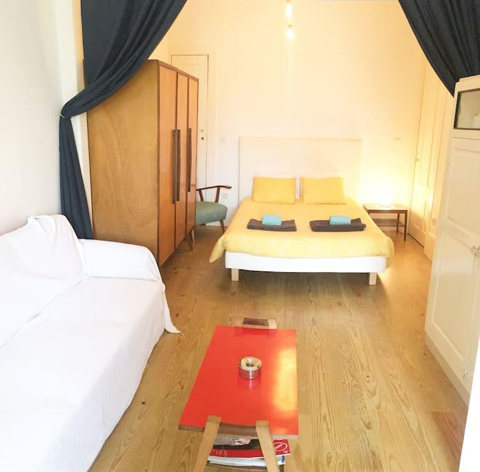Comfortable double bedroom.   Acogedor dormitorio doble.   Chambre double I très confortable.